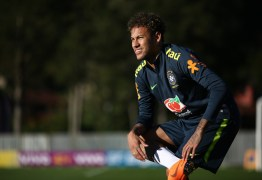 Neymar sente dor em pé operado durante treino e preocupa