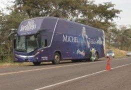 Ônibus de Michel Teló se envolve em acidente com vaca em SP