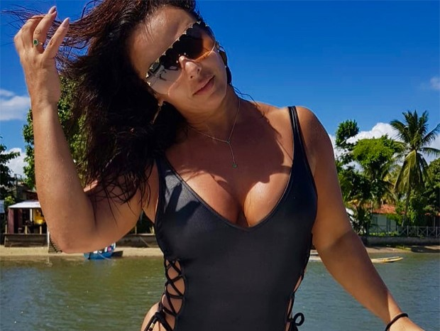 viviane araújo - Viviane Araújo ostenta corpão em águas baianas - VEJA IMAGENS