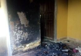 Com combustível armazenado em galão, casa tem incêndio em cômodo após curto-circuito