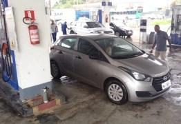 Homem tem carro roubado após passar três horas em fila de posto, na Paraíba