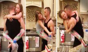 2 136 300x179 - INIMAGINÁVEL: Mãe acorda com música na cozinha e surpreende marido com a filha, pegou celular e filmou tudo - VEJA VÍDEO