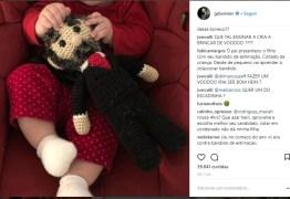 Filha de Duvivier brinca com Lula de crochê