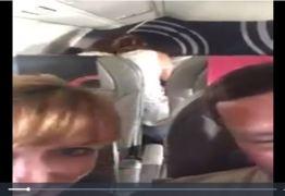Casal faz sexo em poltrona de avião e deixa passageiros incomodados -VEJA VÍDEO