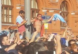 VEJA VÍDEOS: Repórter da Tabajara registra 'invasão' de argentinos na Praça Vermelha na Rússia