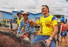 Em Pocinhos, Lucélio monta a cavalo e diz que larga na frente quem prioriza o diálogo com a população