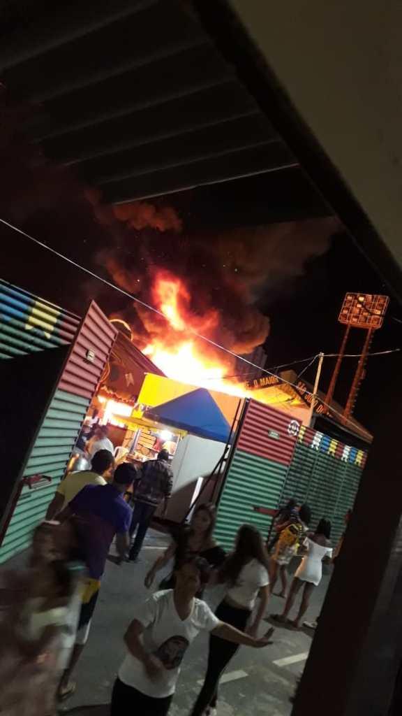 WhatsApp Image 2018 06 30 at 20.08.39 576x1024 - Botijão de gás explode e incêndio atinge barracas no Parque do Povo; VEJA VÍDEOS!