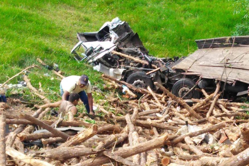 caminhão - Caminhão carregado de lenha tomba em rodovia no Brejo da Paraíba