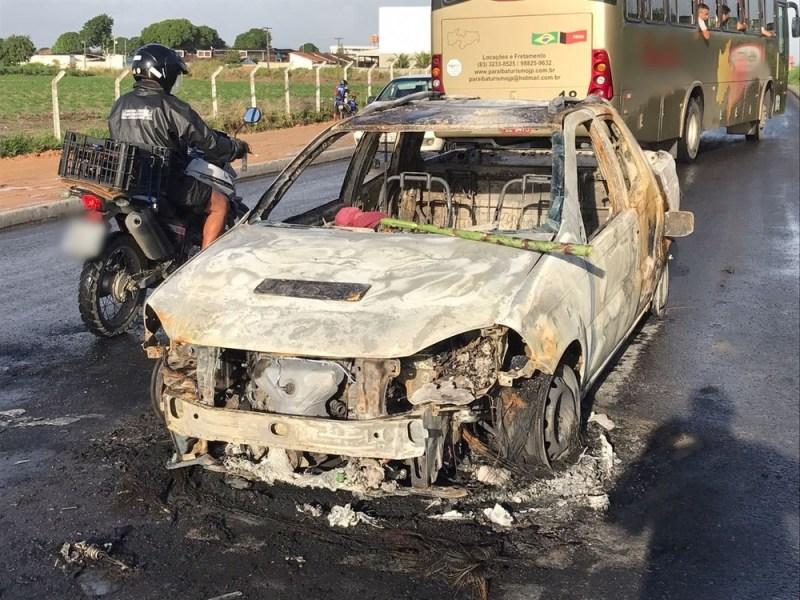 carro pegou fogo - Segurança morre após troca de tiros entre policiais e suspeitos de ataque a banco em Santa Rita