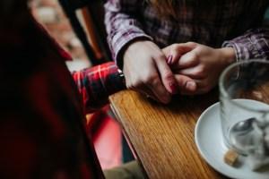 casal de maos dadas sentados em um bar 1153 2129 300x200 - 8 sinais para identificar um 'boy lixo' logo nos primeiros encontros