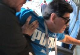 ARGENTINA, ARGENTINA! Maradona passa mal após jogo e sai carregado das tribunas; VEJA VÍDEO!