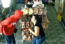 Mulher que levou cabeçada de ladrão em assalto reagiu ao notar arma de brinquedo