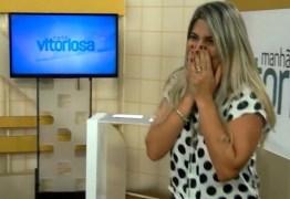 ATÉ O CHÃO: Mesa de merchan desaba em programa ao vivo e assusta apresentadora