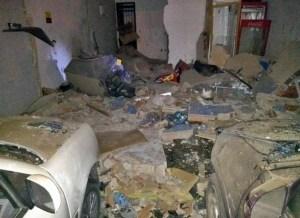 posto destruido campina grande 300x218 - VEJA VÍDEO: Bandidos explodem cofre de posto de gasolina em Campina Grande