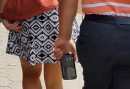 Homem usa câmera em sapato para assediar mulheres e bateria explode no pé