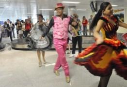 Turistas são recepcionados com forró pé de serra e quadrilha junina no Aeroporto Castro Pinto