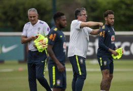 Neymar volta ao time titular da seleção; Fred leva pancada e deixa treino