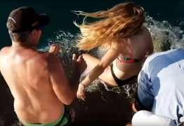 VEJA VÍDEO: Mulher é puxada por tubarão quando o alimentava