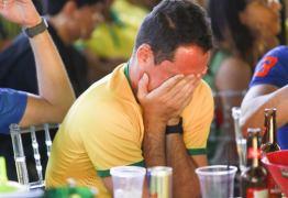 DECEPÇÃO: Torcedores choram a eliminação do Brasil nas quartas de final