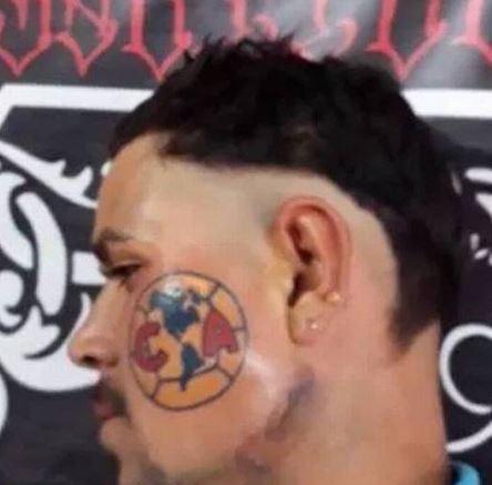 Capturar 79 - DEMONSTRANDO SEU AMOR: torcedor tatua escudo do time no lado esquerdo do rosto