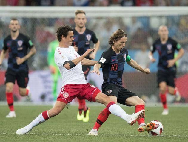 Modric domina a bola contra a Dinamarca 950 - Croácia vence Dinamarca nos pênaltis e encara a Rússia nas quartas