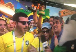 Torcedora invade transmissão e beija repórter da Globo ao vivo