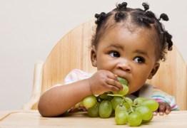 Pesquisa diz que alimentar bebês com sólidos precocemente traz benefícios