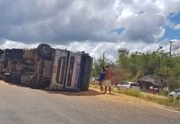 VEJA VÍDEO: Caminhão carregado com milho tomba na BR-230 e deixa cinco pessoas feridas