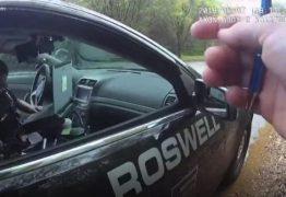 Policiais são flagradas decidindo prisão no 'cara ou coroa'