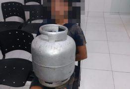 Jovem é preso após furtar botijão de gás de dentro de escola na Paraíba