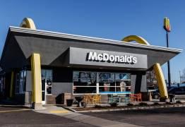 Saladas do McDonald's com fezes intoxicam centenas nos EUA