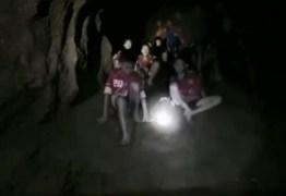 Jovens e treinador perdidos em caverna na Tailândia são encontrados com vida – VEJA VÍDEO!