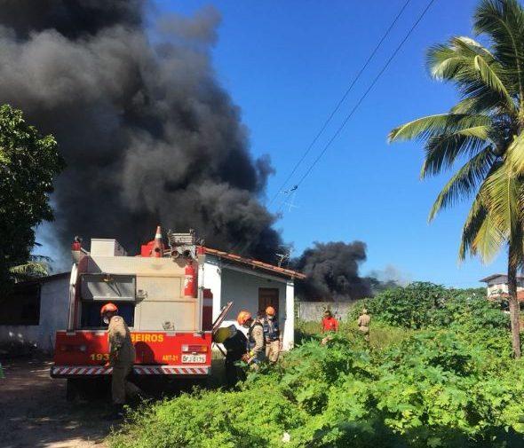 Incêndio atinge depósito da Secretaria de Educação do Governo do Estado