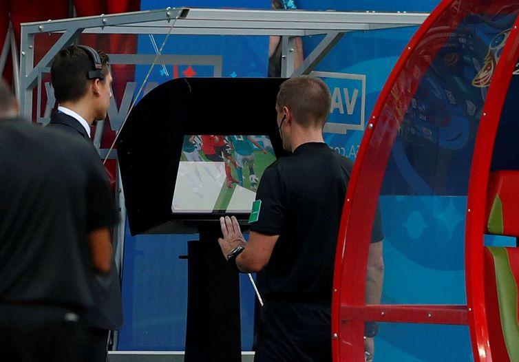 john sibley reuters - Presidente da Fifa diz que árbitro de vídeo está limpando o futebol