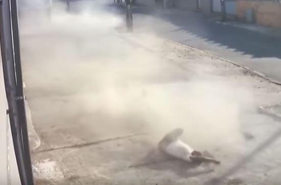 Idoso é atropelado e arremessado em cima de calçada