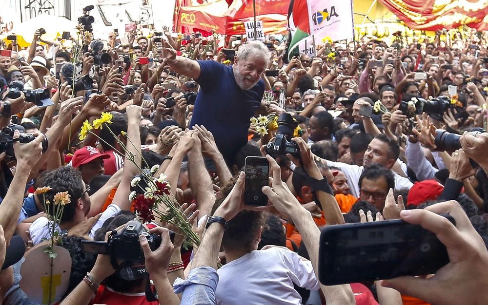 lula carregado afp - TSE rejeita pedido para declarar Lula inelegível imediatamente e PT registrará candidatura próximo dia 15