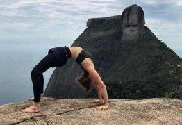 Mariana Ximenes exibe boa forma em foto que aparece praticando ioga