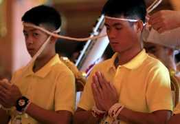 Jovens resgatados de caverna na Tailândia viram monges