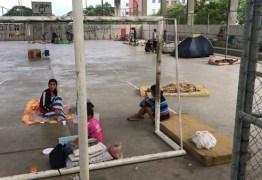 Famílias retiradas pela PF de condomínio invadido dormem em praça de João Pessoa
