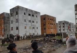 HELICÓPTERO, BLOQUEIOS E AÇÃO CONJUNTA: Ação de reintegração de posse cumpre mandado para retirar 250 famílias