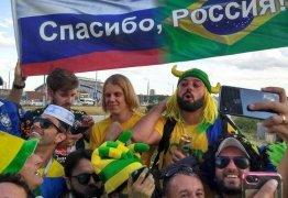 'Feiticeiro do Hexa' causa alvoroço ao chegar em 'esquenta' da torcida do Brasil