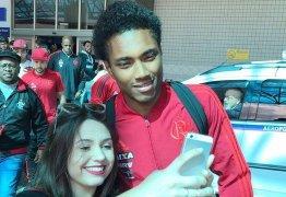 Flamengo desembarca em Porto Alegre com Vitinho tietado por torcedores