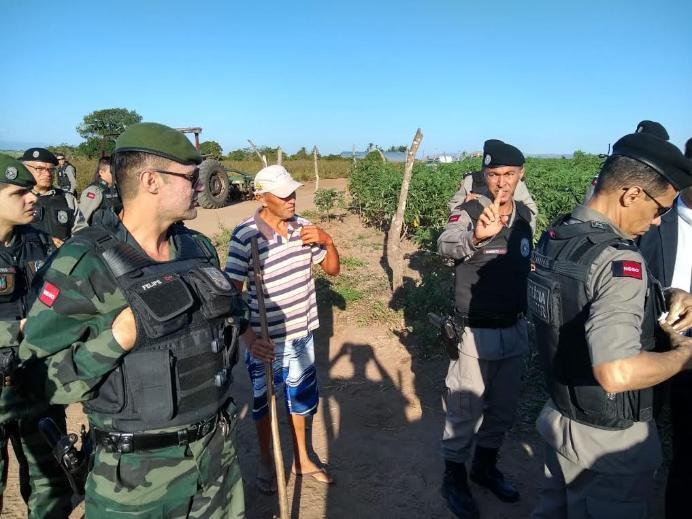 1533747333193 despejo3 - Polícia despeja posseiros de fazenda de desembargador e cinco pessoas são feridas - VEJA FOTOS