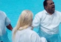 Ex prefeita do Conde, Tatiana Correa, se batizou nas águas da piscina de sua casa