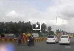 VEJA VÍDEO: Após grave acidente, pais caem no asfalto e bebê 'dirige' moto sozinho