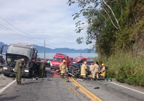 ACIDENTE - Acidente com caminhão da Marinha deixa pai e filhos feridos