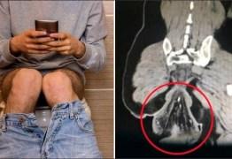 Distraído com celular, homem vai parar no hospital após ficar meia hora sentado no vaso