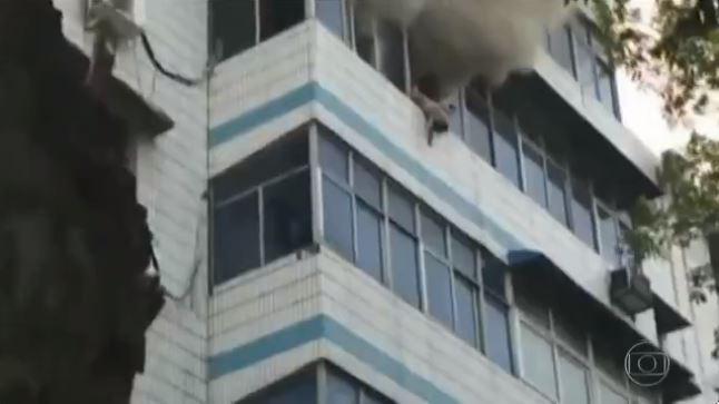 Capturar 9 - VEJA VÍDEO: Mãe morre após salvar os filhos jogando-os de um prédio em chamas
