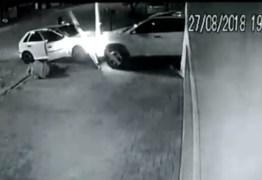 Empresário 'atropela' carro de ladrões e escapa de assalto – VEJA VÍDEO!