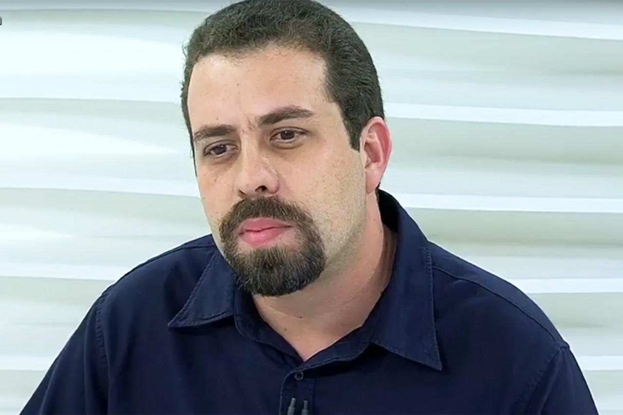 """guilherme boulos - """"A casa da família de milicianos está caindo"""", diz Boulos sobre denúncia do MP contra Flávio Bolsonaro"""